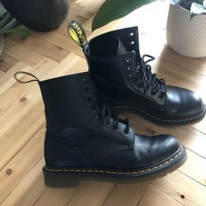 Doc Martens original 1460 combat boot black.